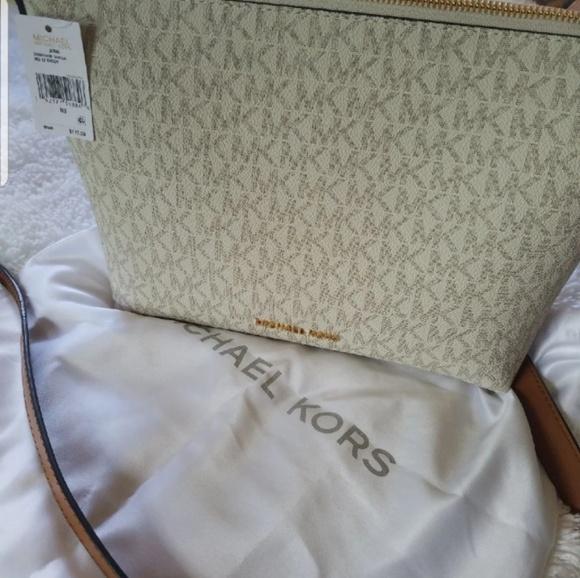Michael Kors Handbags - 🎒👘 sold Authentic Michael kors crossbag